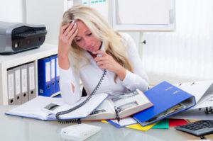 Mitarbeiterin verzweifelt am Aktenhaufen - unübersichtliches zollverfahren